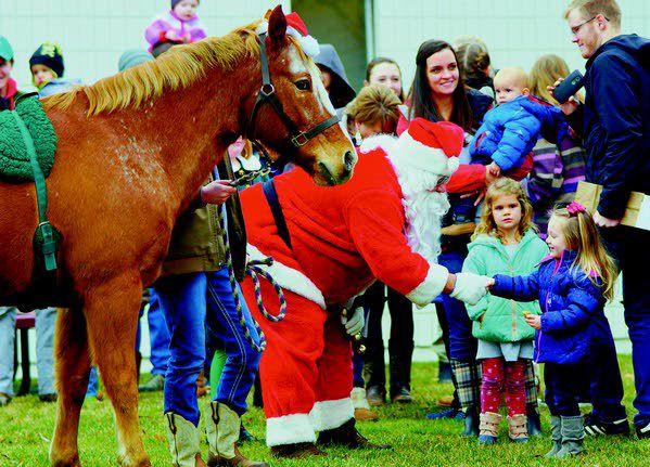 Santa op een kerst paard