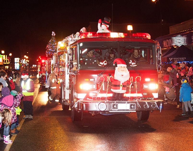 Święty Mikołaj w wóz strażacki