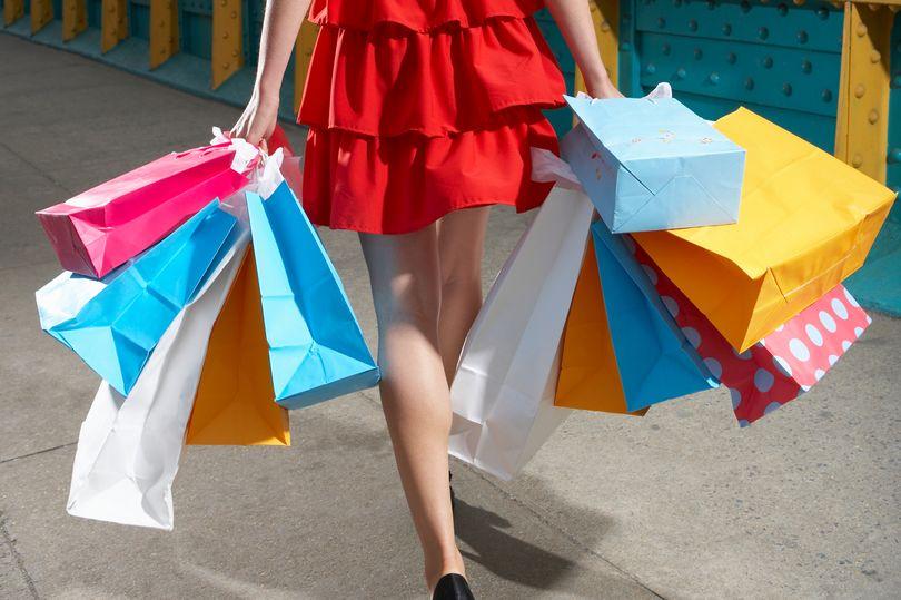 mujer con compras navideñas